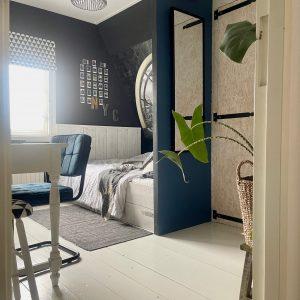 Tienerslaapkamer zwartwit met blauw